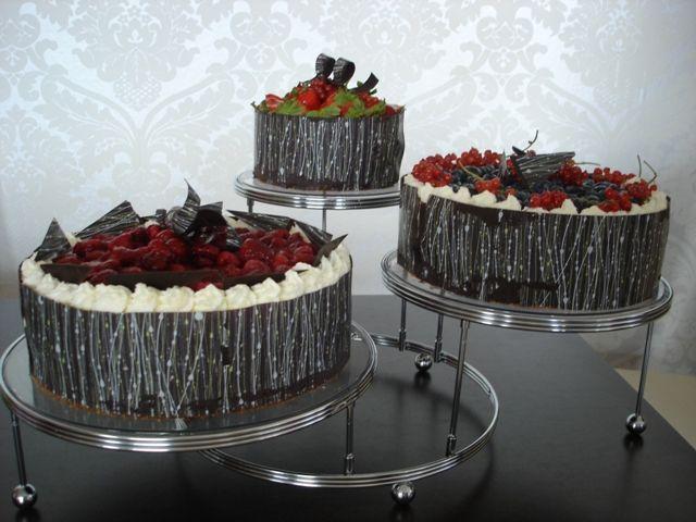 Lehký šlehačkovo-jogurtový krém s různým ovocem, zdobeno čokoládou s ornamenty.