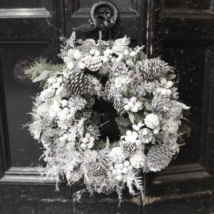 Styl v Londyne#wreath #christmaswreath #blackandwhite #tradition #traditional