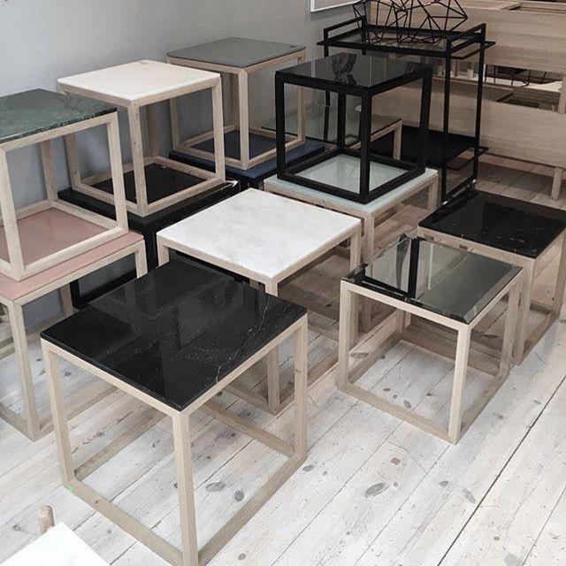 Söta småbord med mörkt el ljust trä. Välj skiva i svart, vit, grön eller rosa marmor. Samtliga från Kristina Dam Studio. #kristinadamstudio #kristinadam #småbord #soffbord #sidobord #marmorbord #confidentliving