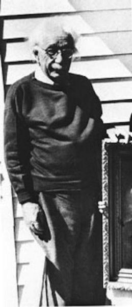 Una delle ultime foto dello scienziato. Morì all'ospedale di Princeton nell'aprile 1955, settantaseienne, in conseguenza della rottura di un aneurisma dell'aorta addominale. Nel rispetto delle sue volontà, il corpo fu cremato e le ceneri disperse in un luogo tenuto segreto.