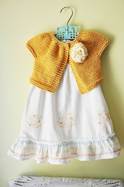 Make a knitted shrug for girls with this pretty spring free knitting pattern.