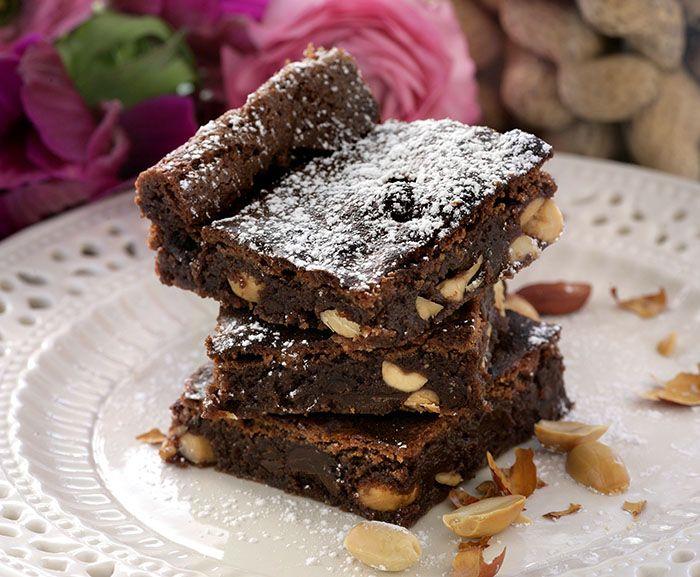 Choklad och nötter är en lyckad kombination. Baka brownies fyllda med jordnötter.