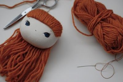 Idea para poner el pelo a una muñeca. No hay tutorial ni más fotos.//