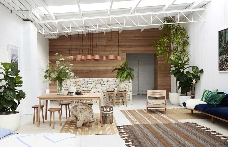 Un showroom australien, décor ethnique. Pop and Scott, un lieu de rencontre d'artisan. Grande pièce à vivre, chambre, salon, bureau. Bois, terre cuite, tissus ...