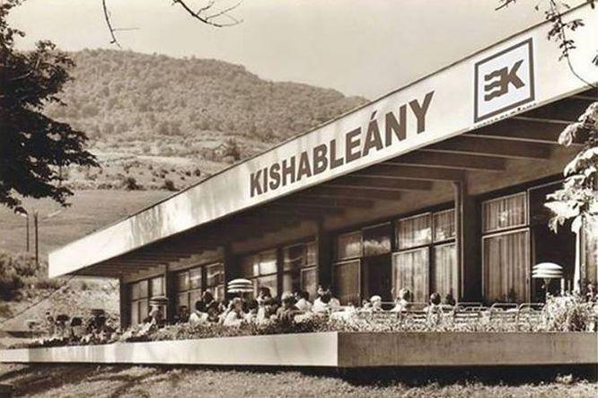 Badacsony is felkerült, vagyis visszakerült az északi part bulihelyszínei közé. Megnyílt a Kishableány, ami egy 7. kerületi szórakozóhely és egy balatoni bár keveréke.A Kishableány iszonyú menő hely, egy legenda volt - kb. 30 évvel ezelőtt, és az itteni bulikról inkább a…