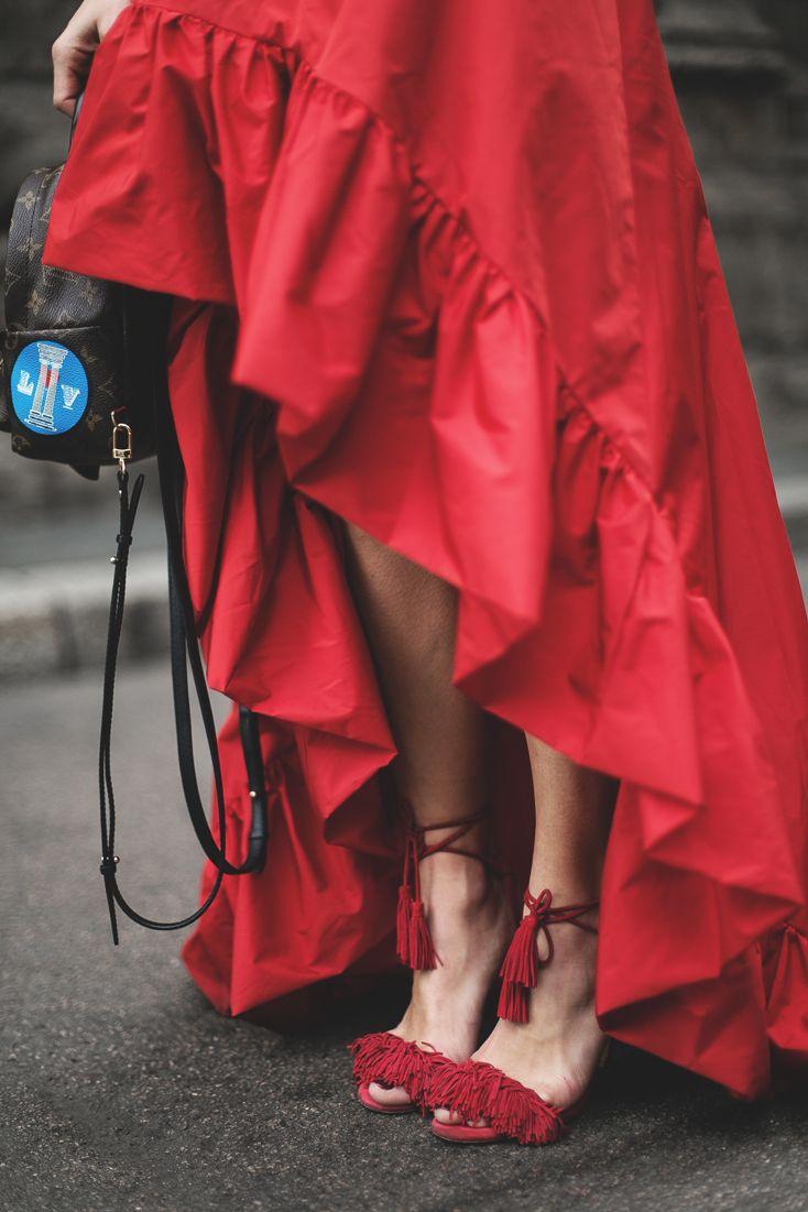Lo cierto es que patearte Milán enfundada en una falda roja de tafetán como ésta es una sensación muy especial. Realmente no es una falda, es un vestido palabra de honor de Pinko con gran volante en el escote. El mismo que rebordea toda la falda. Sin embargo, me falta bronceado y me sobra frío para lucirla como realmente es, así que la llevé con un jersey gordito de punto grueso y mis sandalias de flecos de Aquazzura. Para aportarle un toque más casual le añadí la mini mochila de Louis…