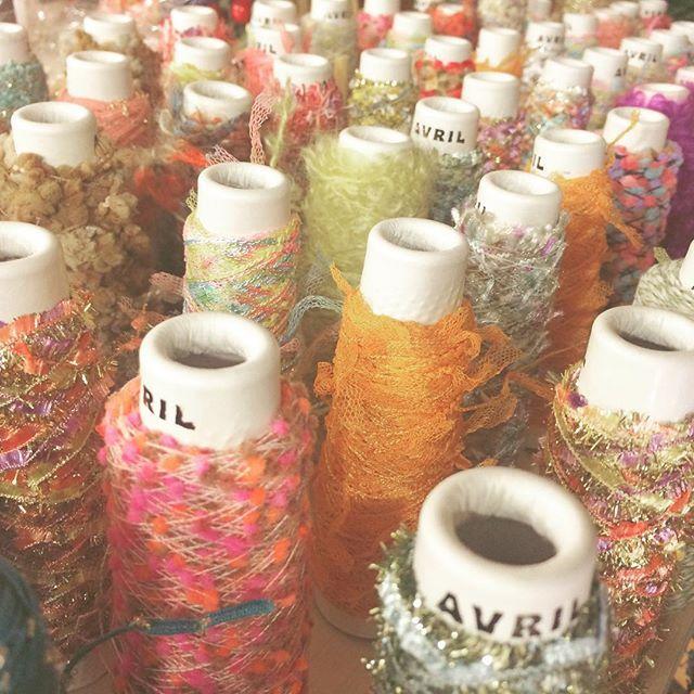 吉祥寺のお気に入りの糸やさん  アヴリル  ここの糸は、とても心躍るものが多い  昔、はじめて石井ちゃんが連れてきてくれたとき鼻息荒くなったなぁ、と思い出しながらみてました  ただの糸ではなくポップコーンというネーミングの糸があったりして『わぁ!ポップコーン!』と、みててウキウキする  27.Allenの木箱のラッピングに使っているリボンはサーカスという名前の糸  ニンマリ ( ̄▽ ̄) #avril #アヴリル #毛糸 #糸 #かわいい #吉祥寺 #毛糸屋 #東京