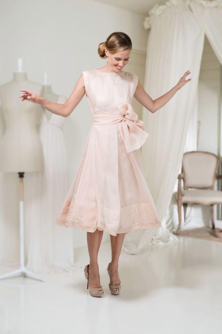 Le modèle Celine de Leila Hafzi collection 2017 est une robe de mariée de coupe courte en Soie à Décolleté rond et Bretelles. Couleur rose. prix sur demand