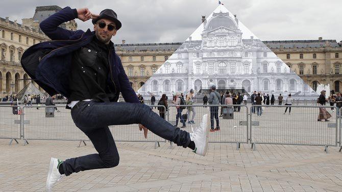 De beroemde glazen piramide op de binnenplaats van het Louvre in Parijs is verdwenen. Dat is tenminste wat een Franse kunstenaar iedereen wil doen geloven. In werkelijkheid gaat het om een optische illusie.
