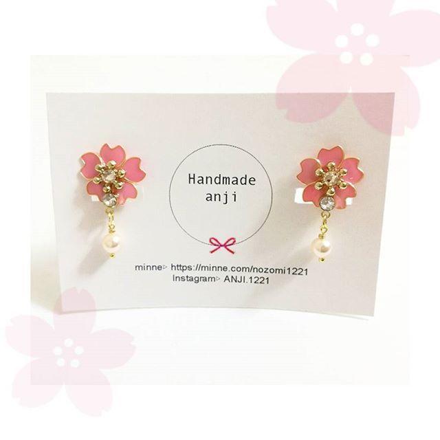 【anji.1221】さんのInstagramをピンしています。 《1/24(火) . 【ママから→娘に☺】 . . おしゃれに興味が出てくる年頃の娘ちゃんを持つママからのオーダー品です (現在はオーダーお休みしてます) . , 桜モチーフのイヤリング #anji桜 . . 小さな女の子の為に、パールの金具はTピンではなく丸みのあるタイプに♡  簡単にパールが取れないようにワイヤーをメガネ巻きに♡  大人ならきっと扱いが丁寧なので大丈夫なこともお子様なので念入りに 娘ちゃんにプレゼントなんて.. 素敵なママだな~ 今日も素敵な1日になりますように  #ハンドメイド#ハンドメイドアクセサリー#キッズ#キッズコーデ#キッズファッション#桜#春コーデ#可愛い#スワロフスキー#パール#ぴんく#おしゃれ#かわいい#娘コーデ#ママコーデ#花#ワイヤー#マニキュアフラワー#レジン#ハンドメイド部#minne #きらきら#ゆらゆら#イヤリング》