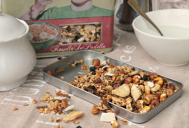 Muesli fatto in casa. Preparare in casa un muesli sano e personalizzato è facilissimo.Ricco di cereali, frutta secca e cioccolato ma leggero e sano.