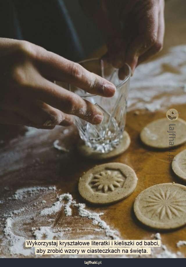 Czym zrobić wzorki na ciastkach? - Wykorzystaj kryształowe literatki i kieliszki od babci, aby zrobić wzory w ciasteczkach na święta.