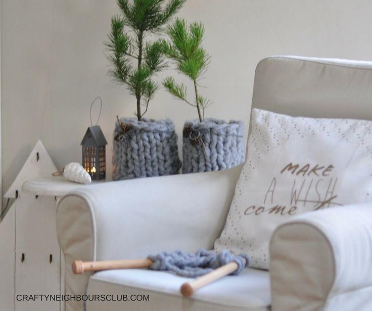 Wie ihr euch aus Chunky-Wolle tolle Wohnaccessoires stricken könnt, zeigen wir hier. Ein schnelles DIY für ein Kissen und Übertöpfe