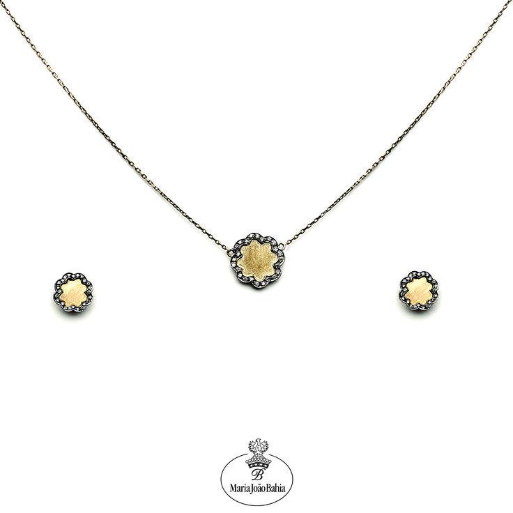 Fizemos uma remodelação às nossas montras!  Peças mais frescas para um Verão mais agradável.  Venha conhecer este conjunto, e outros, na Avenida da Liberdade, n.º 102. Em Lisboa. Esperamos por si   #mariajoaobahia #joias #joiasdeautor #jewelry #avenidadaliberdade #monday #segundafeira #boatarde #goodafternoon #holidays #necklace #earrings #flower #gold #diamonds #suggestions #sugestoes #summer