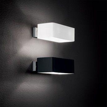 Applique Box AP2– Noir – 20cm – Ideal-Lux  Craquez pour l'élégance et la sobriété des lignes de l'applique Box. Ce luminaire design possède un abat-jour en finition noire, qui fera un joli contraste avec la brillance de la lumière qui en jailli. L'applique est dotée d'un diffuseur en verre soufflé noir, qui permettra une diffusion homogène et efficace de la lumière, dirigée vers le haut et le bas. Elle trouvera sa place dans un couloir, un escalier ou encore un salon.