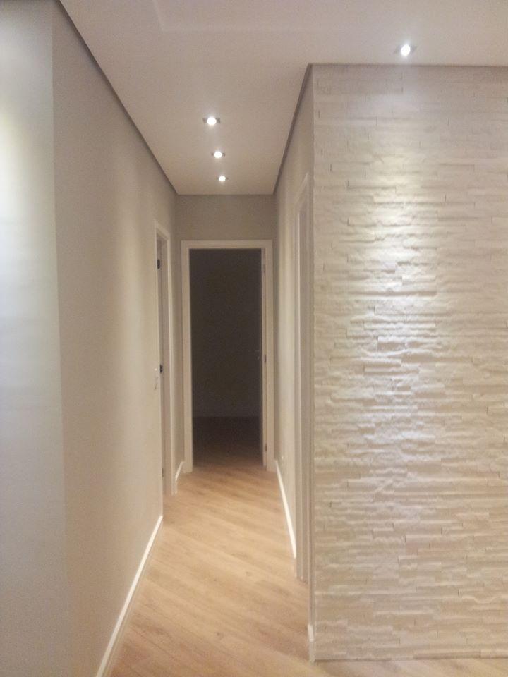 Suvinil crômio + pedras brancas na parede