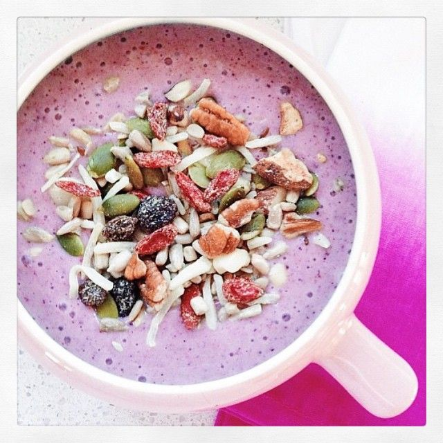 Starting the week right with this banana berry smoothie!