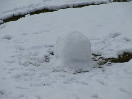 Die Hüpf-runter, drüber-hüpf, Kletterkugel Kleinkindaktivitäten im Schnee