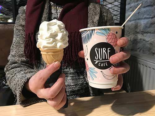 Surf Cafe palvelee Balti Jaama Turgilla. Erikoiskahvit, pieni purtava ja vaniljajäätelö ovat paikan valikoimaa. Surffitunnelmaan voi virittäytyä katsellen sisustuksena olevaa aitoa surffilautaa.