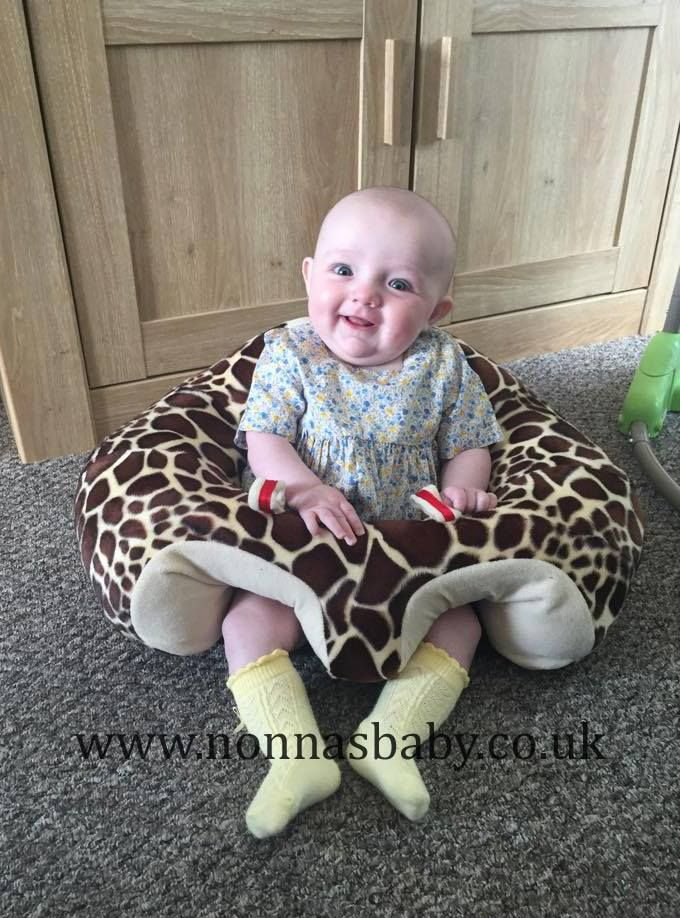 Robyn is so happy in her new Hugaboo floor seat! Doesn't she look pleased with herself?! We think she is feeling proud of being one of the first little ladies in UK to have a Hugaboo seat. :-) Our thanks to mum Lesley for sharing this gorgeous photo with us. • Find out more about Hagaboo Baby Seats: https://nonnasbaby.co.uk/hugaboo-baby-seat/