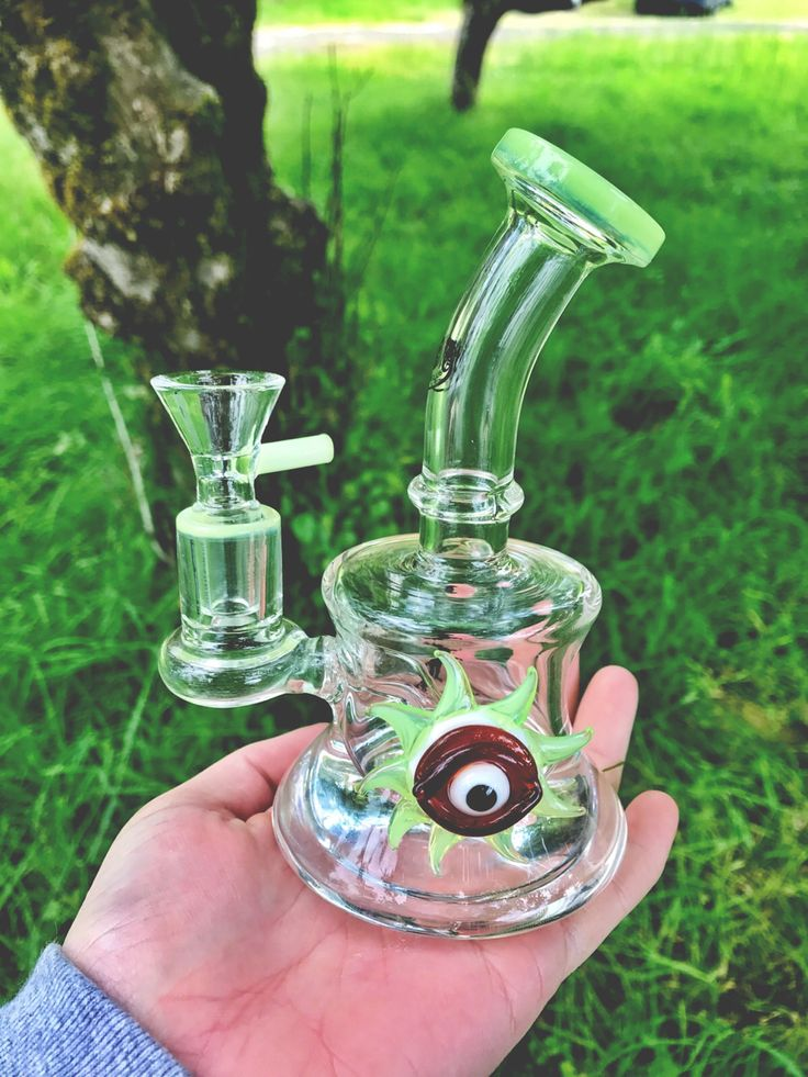 crazy bong with an eye on it http://thestateofweed.tumblr.com/post/162404935513/chubbybluntz-in-love-with-this-adorable-piece