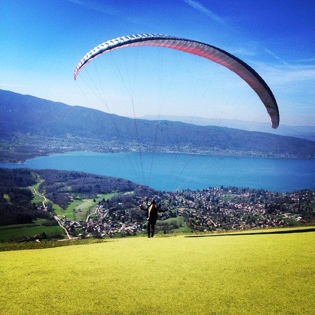 Le Decollage De Planfait Face Au Lac A Annecy Paragliding Annecy Natural Landmarks