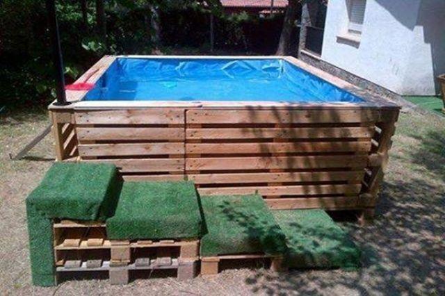 Ďalšia inšpirácia na bazén vyrobený z paliet. Celý postup si môžete pozrieť aj na videu. Palety sa dajú zohnať pomerne lacno a manipulácia s nimi je jednoduchá. Veľkosť takéhoto bazéna si môžete prispôsobiť podľa seba.