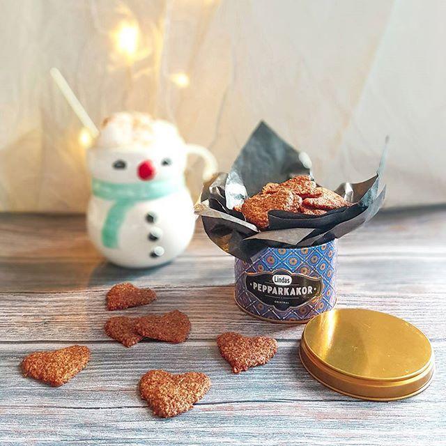 Som säkert ingen har missat så är det kladdkakansdag idag och jag har hela dagen funderat på om jag skulle ge mig på att göra en nyttig kladdkaka eller ej men har nu beslutat mig för att låta bli. Istället så bjuder jag på lite nyttiga pepparkakor och en pepparkakslatte för visst längtar ni precis som jag till julen nu när kylan sakta smyger sig på? 😉 Recept: Pepparkakor ca 40 st små (jag fick 44 st) ❄⛄❄⛄❄⛄❄⛄❄⛄❄⛄❄⛄❄⛄❄⛄❄⛄ 10 g smält kokosolja 2 msk fibersirap 1 dl fiber havregryn (mixat…