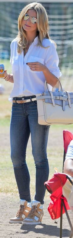 Who made Heidi Klum's tan handbag, blue skinny jeans, silver wedge sneakers, and white button down shirt?