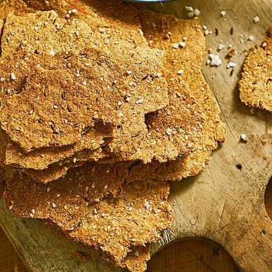 Att baka eget knäckebröd är enkelt, och går dessutom snabbt. I alla fall om du gör detta otroligt smakrika och knapriga kumminknäcke. Allt du behöver göra är att blanda alla ingredienser, kavla ut tunt och grädda. Suveränt till kräftkalaset med ett gott smör.