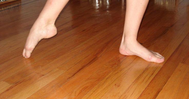"""Cómo poner los pies en punta para ballet. Los bailarines de ballet profesionales a menudo parecen tener pies inhumanamente curvados. Para muchas personas, """"los dedos en punta"""" significa sólo eso: mover los dedos para que apunten hacia abajo. Para los bailarines, sin embargo, en realidad significa poner en punta el pie. De hecho, """"apuntar los pies"""" se puede considerar como una frase mal ..."""