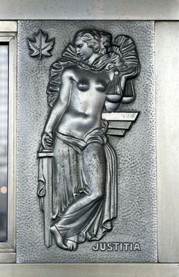 Le Gouvernement du #Canada a offert en 1953 à l'ONU sept portes en nickel réalisées par Ernest Cormier. Chaque porte a dans sa partie basse quatre bas-reliefs représentant la paix, la justice, la vérité et la fraternité. (on voit ici la justice).