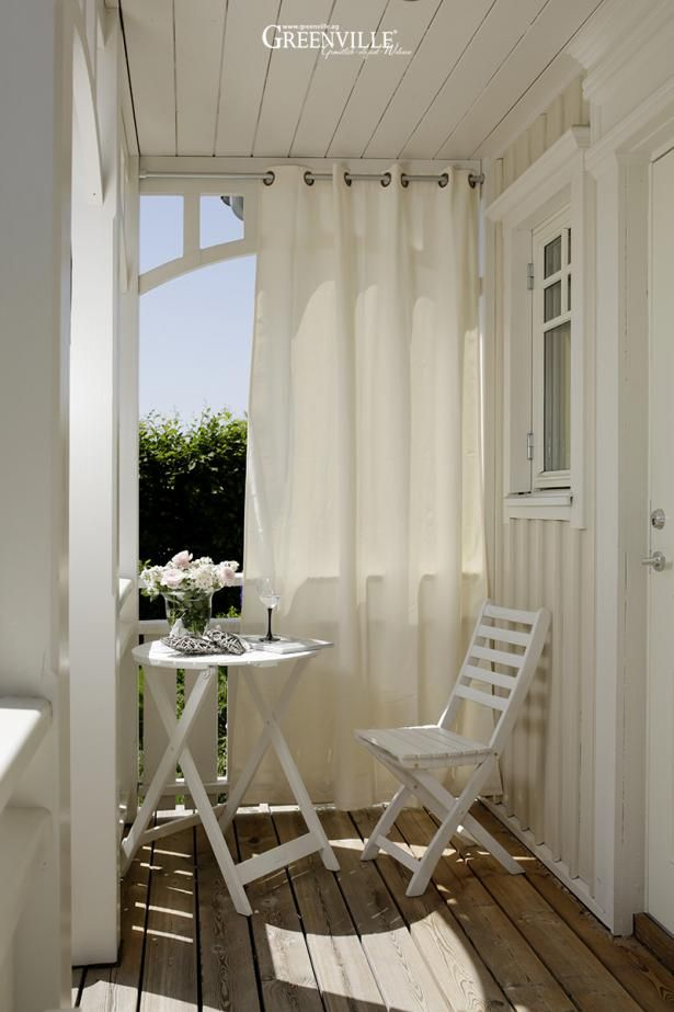 Outdoor curtains protect against sun, wind and rain