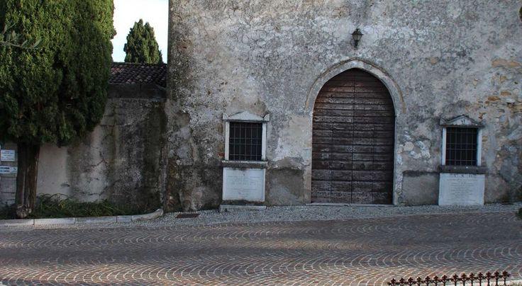 Realizzazioni - Appia Antica srl#porfido e #ciottoli #ticino per la #strada accanto alla #Chiesa #lagodigarda #lake #sun #pavimenti #rivestimenti #church #marble #sky #clouds #stone