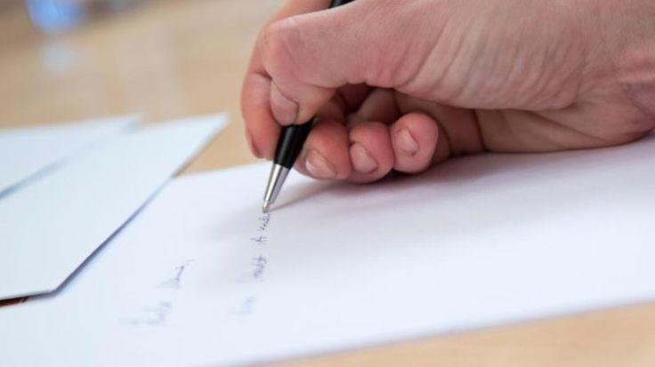 Haben Sie kürzlich einen handgeschriebenen Brief erhalten? HabenSie sich gefreut? Die meisten tun das - denn Handgeschriebenes ist selten geworden. Und man weiß:Der Schreiber hat sich Zeit genommen und Mühe gegeben, leserlich zu schreiben. Gibt es dafür Tricks?