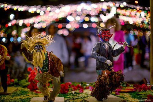 """fotosoaxaca: """" Danza de los Diablos de #Juxtlahuaca -Totomoxtle Decorado Obra de Marco Antonio Ruiz Photo © Jorge Santiago #Nochederabanos 2015, #Oaxaca """""""