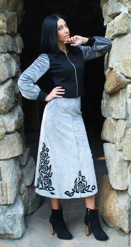 Купить или заказать Вышитый осенний костюм - пиджак и юбка 'Млечный путь' (бронь) в интернет-магазине на Ярмарке Мастеров. Эксклюзивный осенний костюм с ручной вышивкой. Костюм из меха, очень оригинальный и роскошный! Искусственный серебристый мех (50% вискоза), черный трикотаж (80% шерсти). Все ткани производства Италии. Использована уникальная авторская разработка - вышивка по меху шерстяными нитками. В таком костюме Вы будете единственной, аналогов вышивки нет. Пиджак комбинированн...