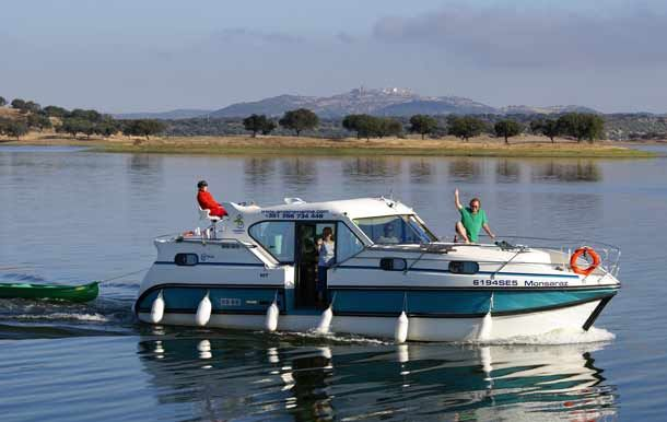Unterwegs mit dem Hausboot im Elsass. Die Langsamkeit des Urlaubs auf dem Wasser als Hausboot-Kapitän erleben.