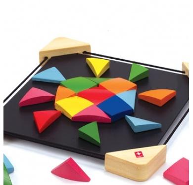 Een prachtig staaltje creatief speelgoed. Niet alleen leuk om mee bezig te zijn, maar ook zeer decoratief. Ontwerp de mooiste patronen door de 32 gekleurde mozaïekstenen steeds opnieuw te rangschikken op het zwarte metalen bord, naar eigen idee of volgens de voorbeelden in het boekje.