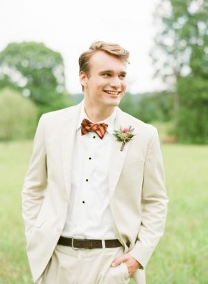 Groom in khaki suit | photography by http://katiestoops.com/