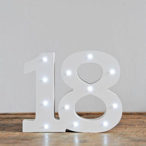 * * CONTATTATEMI PER OFFERTE ESCLUSIVE PER I VOSTRI NUMERI SCELTI * *  Questi nuovissimo che splendidamente White Light Up numeri sono perfetti per festeggiare questo compleanno speciale.  Si riceverà un set di 2 numeri. Il numero 18.  Dimensione: 15cm di altezza 5cm di profondità Varie larghezze  Le luci sono a batteria con 2 batterie AAA (inclusa).  Questi sono numeri da terra, ma può anche essere fissato al muro.  * * DISPONIBILE PER SPEDIZIONE IMMEDIATA * *  Se avete domande non esitate…