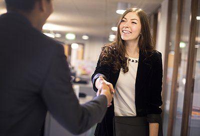 Jak rozkodować dress code? -   Zacznijmy od tego czym jest dress code. Za tym obco brzmiącym słowem kryje się zbiór reguł dotyczących odpowiedniego dopasowania stroju do okoliczności. W środowisku biznesowym dress code określa zasady ubioru panujące w firmie w kontekście pełnionej funkcji, zadań oraz środowiska pracy. Podczas... http://ceo.com.pl/jak-rozkodowac-dress-code-68959