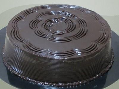 Keke de Chocolate  Exquisito keke casero en variedad de chocolate, relleno de manjar decorado con salsa de chocolate.