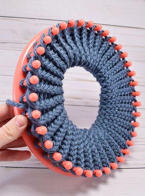 Tear tricotar um chapéu com uma aba