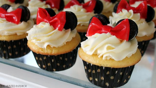 Minnie mouse cupcakes...vanilla cupcakes, cream cheese frosting, fruit rollups bow, mini oreos , simple.