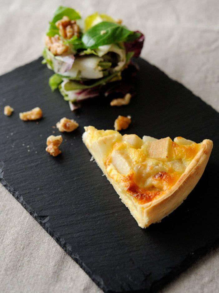 ロックフォールと洋ナシは、黄金のコンビ。甘さとしょっぱさが絶妙のタルトは、前菜にしても◎。少し甘めの白ワインに合わせてみて。|『ELLE a table』はおしゃれで簡単なレシピが満載!