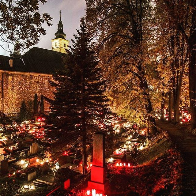 Aj banskobystrické cintoríny rozžiarili plamienky spomienok... #banskabystrica #cintorin #cemetery #sviecky #dusicky #spomienky  #memories #bbonlinesk