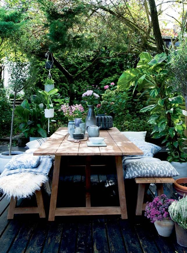 Get inspired by these outdoor ideas and surround your friends and family with beautiful decorative elements and comfortable outdoor furnishings, while still following current design concepts that professionals around the world have been using when it comes to spaces outside doors.