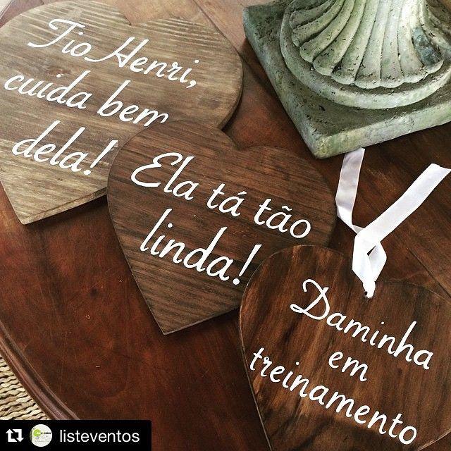 """Dois #pajens e uma #daminha """"em treinamento"""" encantaram a #cerimônia da Juliana e do Henrique, que aconteceu ontem no @seaclubilhabela! Assessoria @listeventos e decoração @maraperezoficial.  #ateliebaoba #ateliebaobaparty #plaquinhas #plaquinha #pajem #casamento #casamentos #juehenri ・・・ Crianças fofas entrarão com as placas do @ateliebaoba @listeventos"""