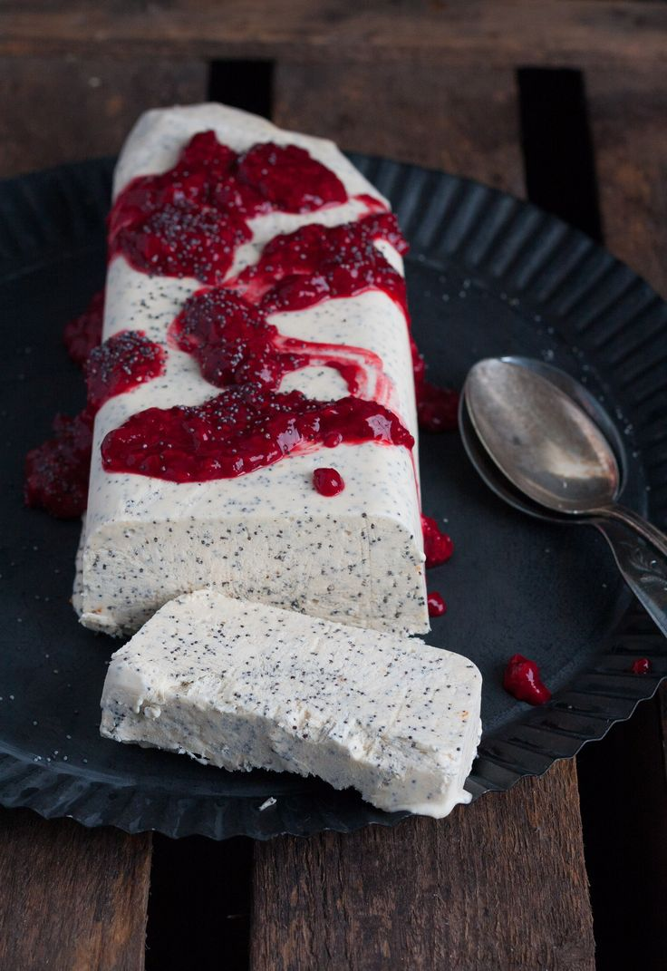 Mohn Parfait mit Himbeersauce kreiert von kochkarussell.de // Poppy Seed Parfait with Raspberry Sauce. Do we need to say more? Download the recipe from our magazine